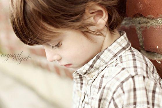 孩子总是不自信,出了门不敢说话怎么办?